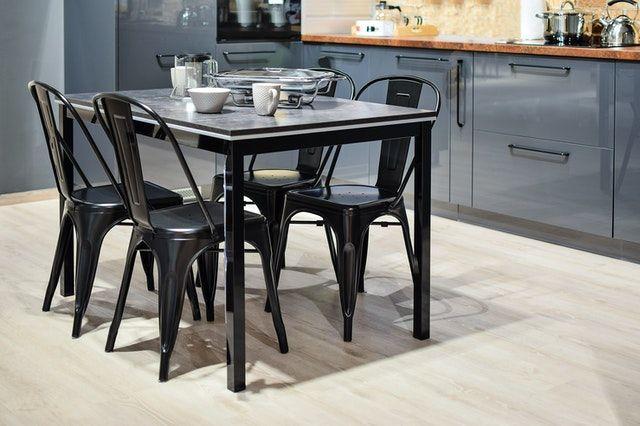 Die Küchen mit Anthraziten Stühlen und Schränken