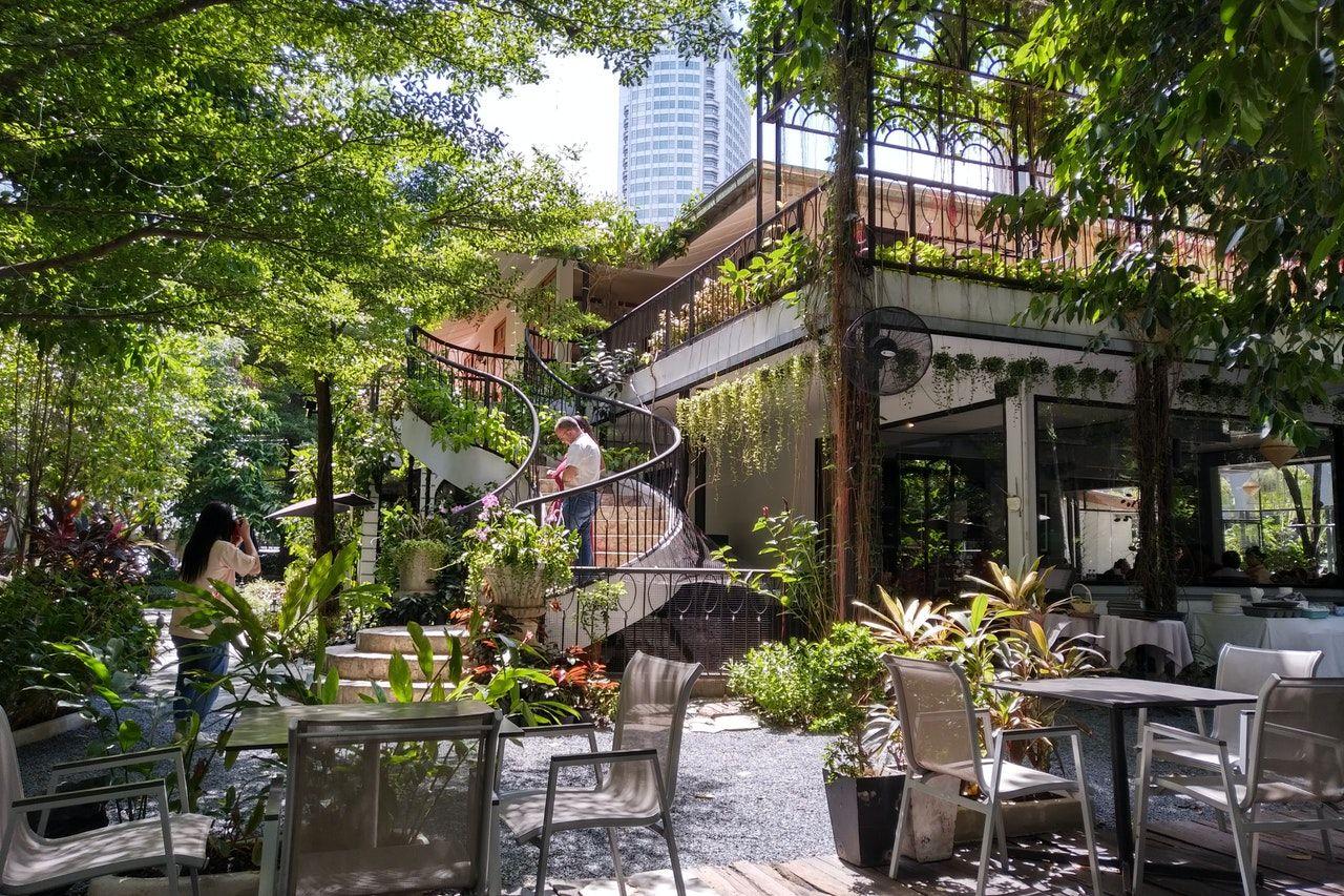Gartenmöbel aus Aluminium werden auch gerne in Kaffees genutzt