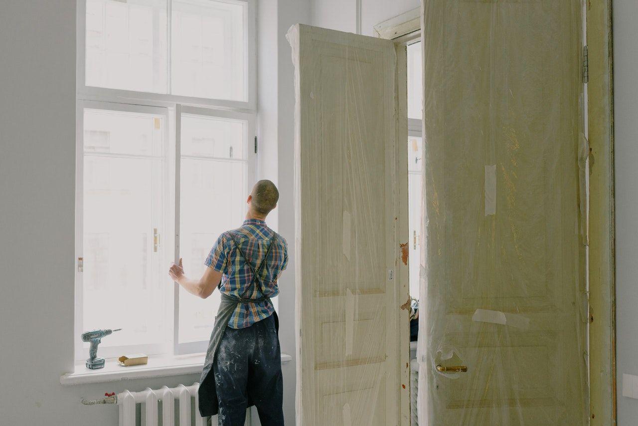 Neue Fenster bei einem Altbau sorgen für helle Räume.