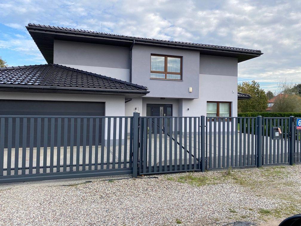 Ein Haus mit grauer Fassadenfarbe.